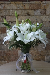 White Lilies: 6 Branch  Glass vase arrangement will be spectacular and meaningful gift to your loved ones prepared from white lilies just for you. Nearly Product Size: 50 cm