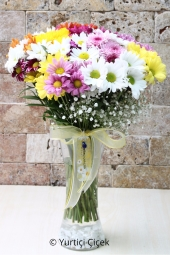 Created the most beautiful colorful wild flowers to your loved ones a special season. Gerbera in a glass vase, with a bouquet of daisies and wild flowers make a pleasant surprise.