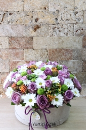 Designed with lila roses, white daisies and green greentrick in a special box, the design will make your smile smile.