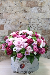 Arrangements made with roses, daisies, greentrick and exotic products in a silver colored box are enough to please your loved ones.