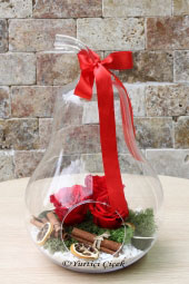 The pear glass vase will conquer the hearts of your love with three red, non-fading roses.