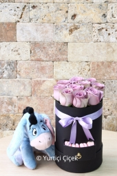 The design that will be delivered with lila roses in Kut and the eeyore gizmo will be an unforgettable gift for your loved ones.