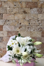 White Gerbera bouquet of white lilies in love with and show your innocence.