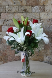 Today the best day of your life with your loved ones in a vase with lilies and roses lived.