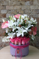 Inside the box you can send pink roses, lilies and anthuriums to your favorite designs.