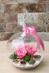 You can immediately send a beautiful and meaningful gift to your loved ones with 3 pink, non-fading roses in an apple glass vase.