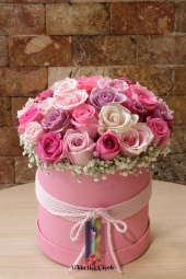 Prepare with 15-20 pink-violet and white roses in a round box. Arranged with exotic hypericum, prepared with 15-20 pink-purple and white roses in a round box, will make your love happy. Arrangement designed with exotic hypericum will make you happy It will be sufficient.