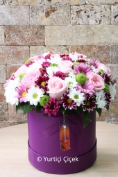 Pink, her pleasant surprise of the building with a vase of white and purple Lisyantus prepared Elegant Design.