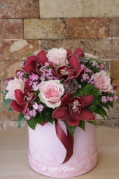 The arrangements prepared with the red roses and sukulent varieties in the wooden box will make your loved ones very, very happy.