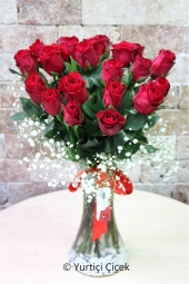 Glass vase With 21 red roses you can make a nice and meaningful surprise that will make your love feel like your heart. Approximate Product Size: 40 cm