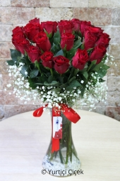 With 25 red roses in the glass vase you can experience the most beautiful minutes of love and romance. Approximate Product Size: 40 cm